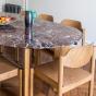 Table de salle à manger Carlotta Alta marbre rouge et pieds frêne finition iroko - 6 places