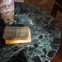 Table basse Carlotta pieds laqués rouge et marbre vert